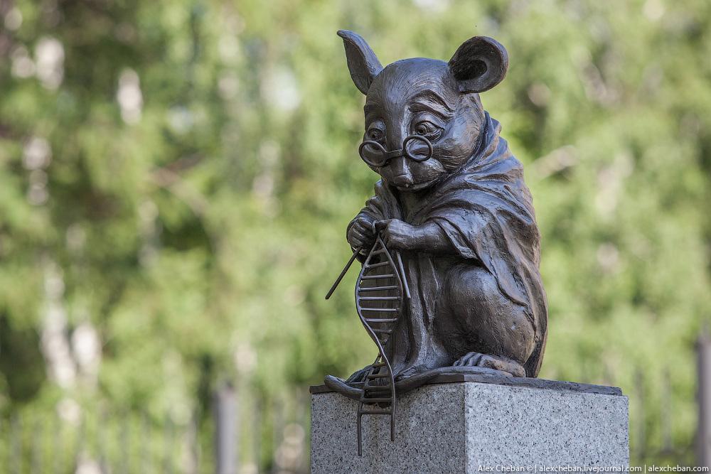 A Novobrisk una statua dedicata agli animali da laboratorio